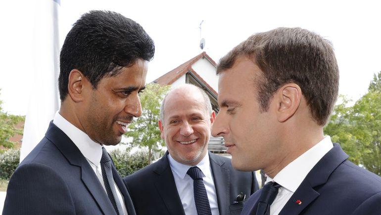 """Сегодня. Париж. Владелец """"ПСЖ"""" Нассер АЛЬ-ХЕЛАИФИ (слева) и президент Франции Эммануэль МАКРОН (справа). Фото AFP"""