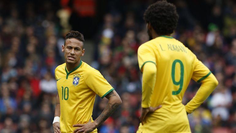 НЕЙМАР и Луиз АДРИАНУ в матче за сборную Бразилии. Фото AFP