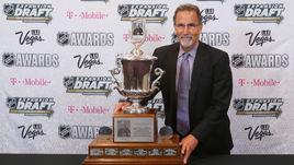 Джон ТОРТОРЕЛЛА – с призом лучшему тренеру сезона в НХЛ.