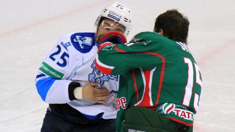 Александр СВИТОВ (справа) в драке с Дамиром РЫСПАЕВЫМ. Фото photo.khl.ru