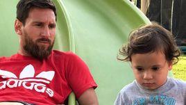 Месси на детской горке, Роналду с кубком. Инстаграм за неделю
