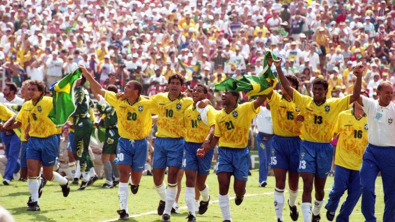 17 июля 1994 года. Пасадена. РОНАЛДО (№20) и его партнеры по сборной Бразилии празднуют победу в финале чемпионата мира-1994. Фото Александр ФЕДОРОВ, «СЭ»