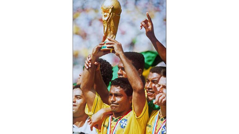 17 июля 1994 года. Пасадена. Легендарный бразилец РОМАРИО с кубком за победу на ЧМ-1994 в окружении партнеров по сборной Бразилии. Фото O Globo