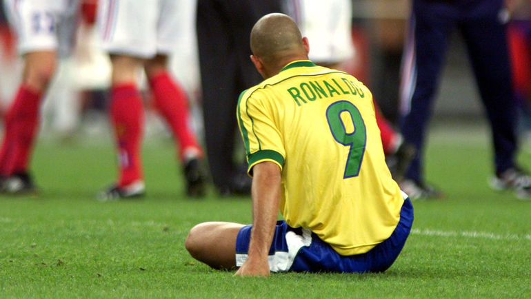 12 июля 1998 года. Париж. РОНАЛДО на газоне после поражения от Франции (0:3) в финале чемпионата мира-1998. Фото Reuters