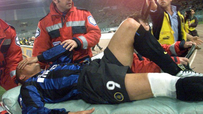 """13 апреля 1999 года. Рим. РОНАЛДО, получивший серьезную травму колена, покидает поле """"Стадио Олимпико"""" на носилках. Фото Reuters"""