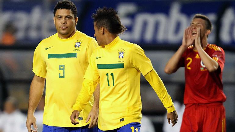 7 июня 2011 года. Сан-Паулу. РОНАЛДО (слева) и НЕЙМАР (в центре) во время товарищеского матча с Румынией. Фото Reuters