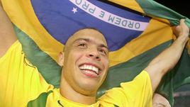 30 июня 2002 года. РОНАЛДО с бразильским флагом празднует победу в финале чемпионата мира.