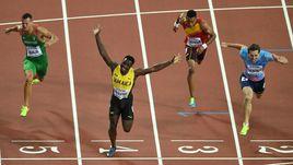 Понедельник. Лондон. Россиянин Сергей ШУБЕНКОВ (справа) уступил ямайцу Омару МАКЛАУДУ (слева) в финале чемпионата мира. Но это тот случай, когда серебро дороже золота.
