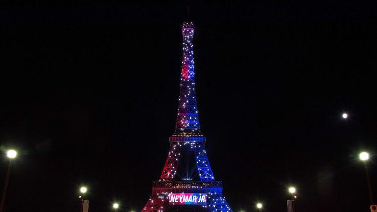 Вот так среди прочего приветствовали переход Неймара в Париже. Фото AFP