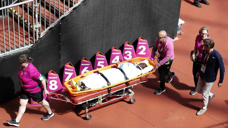 Дебору ДЖОН увозят со стадиона. Фото AFP