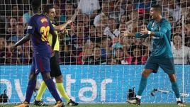 """Сегодня. Барселона. """"Барселона"""" - """"Реал"""" - 1:3. КРИШТИАНУ РОНАЛДУ (справа) получил две желтые карточки от Рикардо ДЕ БУРГОСА БЕНГОЭЧЕА после выхода на замену и гола."""