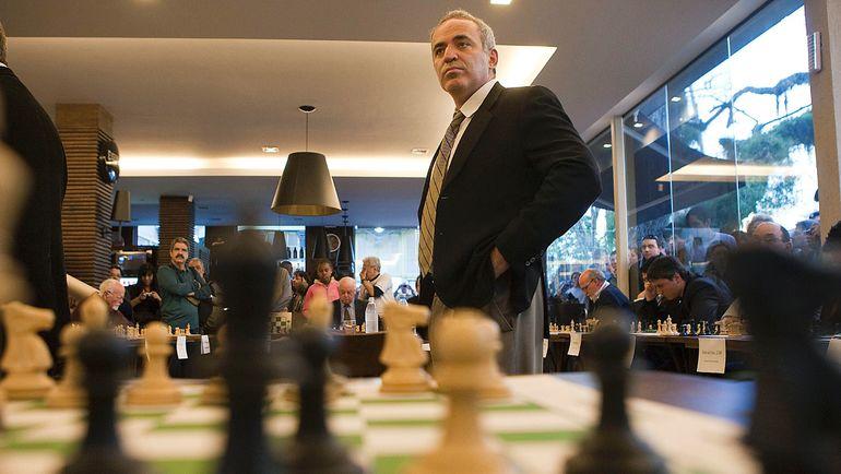 7 сентября 2011 года. Порту-Алегри. Гроссмейстер Гарри КАСПАРОВ проводит сеанс одновременной игры. Фото AFP