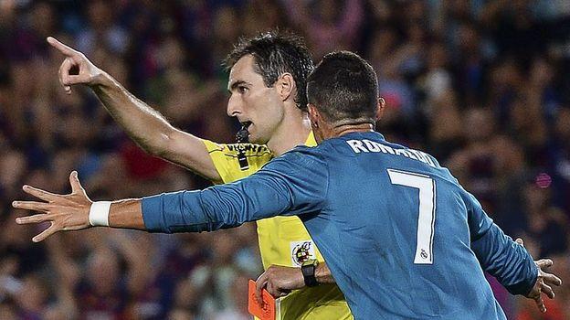 """Воскресенье. Барселона. """"Барселона"""" - """"Реал"""" - 1:3. КРИШТИАНУ РОНАЛДУ (№7) получил две желтые карточки от Рикардо ДЕ БУРГОСА БЕНГОЭЧЕА за три минуты. Фото AFP"""