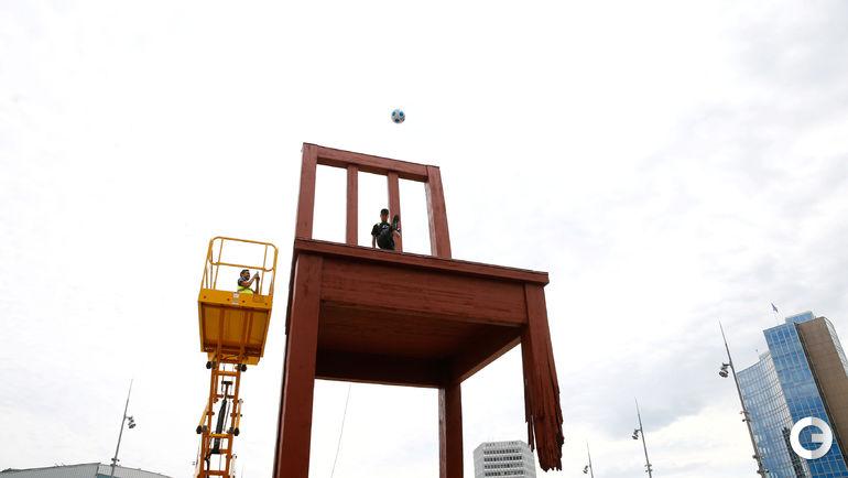 """Вторник. Женева. Акция НЕЙМАРА на """"Сломанном стуле""""."""