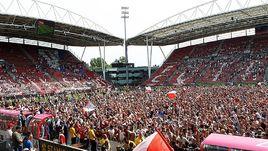"""28 мая. Утрехт. Утрехт - АЗ - 3:0. По пенальти - 4:3. Игроки """"Утрехта"""" вместе с болельщиками празднуют победу в двухматчевом противостоянии за путевку в Лигу Европы."""