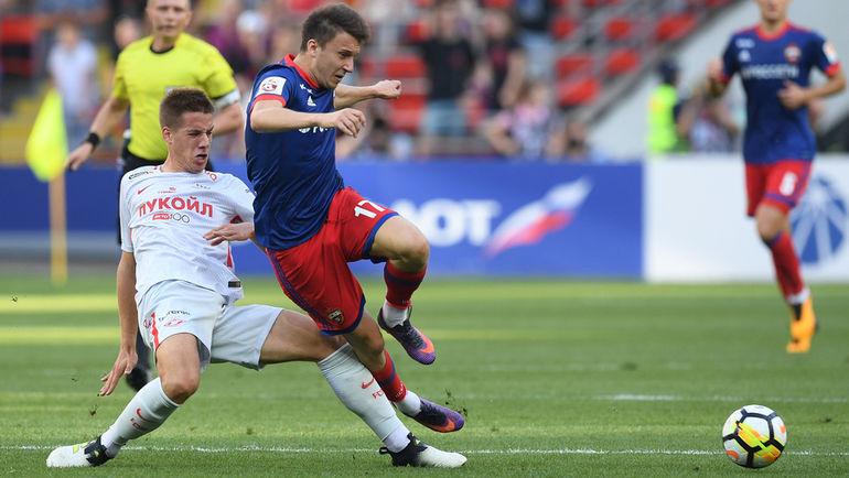 """Марио ПАШАЛИЧ (слева) пытается выбить мяч у Александра ГОЛОВИНА. Фото Александр ФЕДОРОВ, """"СЭ"""""""