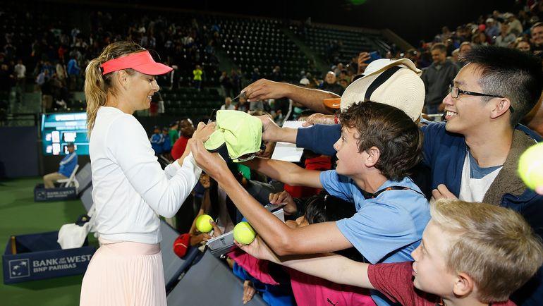 Мария ШАРАПОВА раздает автографы американским болельщикам. Фото AFP
