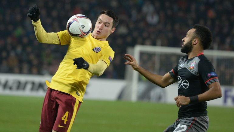 Вячеслав КАРАВАЕВ (с мячом). Фото AFP