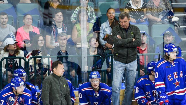 Главный тренер СКА Олег ЗНАРОК и его подопечные. Фото ХК СКА
