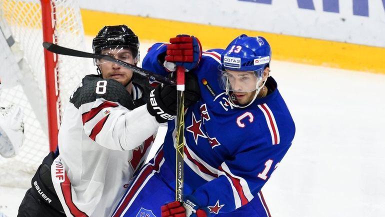 Капитан СКА Павел ДАЦЮК (справа) в борьбе с канадским соперником. Фото ХК СКА