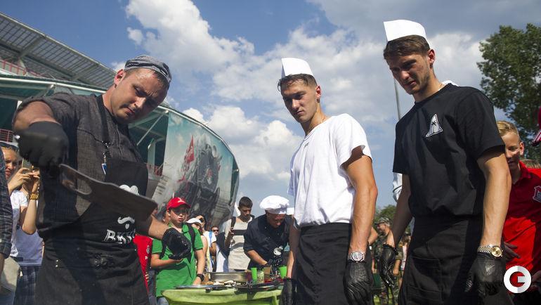 """Воскресенье. Москва. Братья Миранчуки готовят мясо на фестивале """"ЛокоЛэнд""""."""