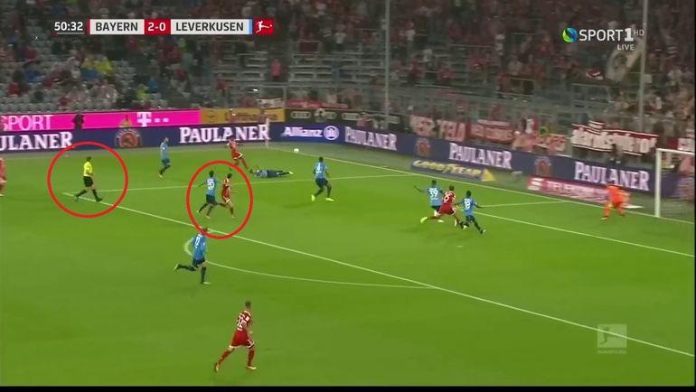 """Момент в матче """"Бавария"""" - """"Байер"""", который привел к назначению пенальти."""