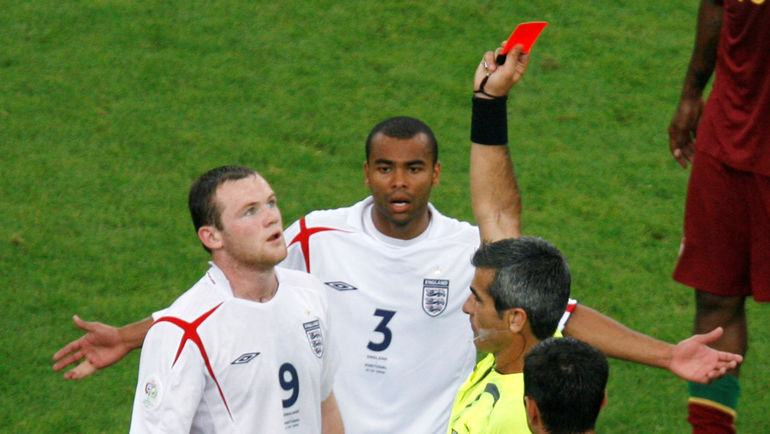 1 июля 2006 года. Гельзенкирхен. Англия - Португалия - 0:0, пенальти 1:3. 62-я минута. Уэйн РУНИ (9) получает красную карточку в четвертьфинале чемпионата мира. Фото REUTERS