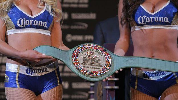 Трофей, получивший название Money Belt, изготовлен из крокодиловой кожи и содержит 3360 бриллиантов, 600 сапфиров и 300 изумрудов. Фото AFP