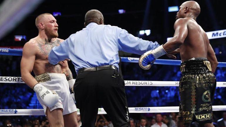 Суббота. Лас-Вегас. Рефери останавливает бой между Конором МАКГРЕГОРОМ (слева) и Флойдом МЕЙВЕЗЕРОМ. Фото Reuters