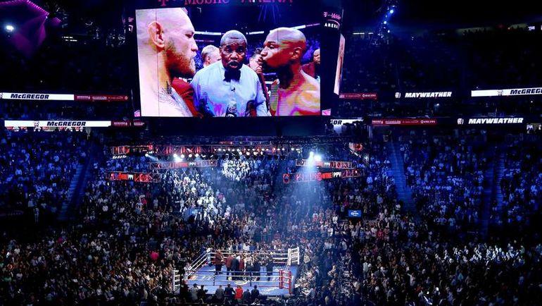 Суббота. Лас-Вегас. Общий вид ринга перед боем Флойда Мейвезера и Конора Макгрегора. Фото AFP