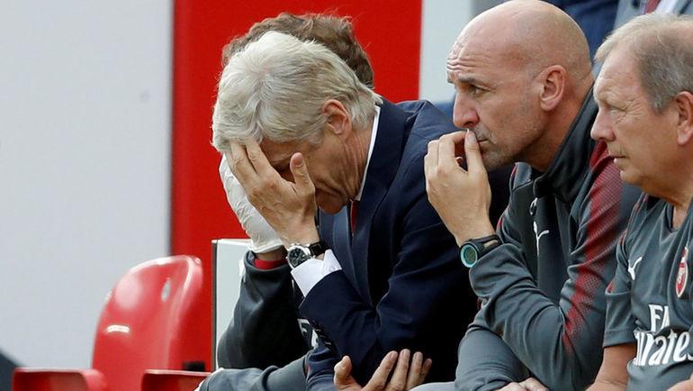 """Воскресенье. Ливерпуль. """"Ливерпуль"""" - """"Арсенал"""" - 4:0. Давление на Арсена ВЕНГЕРА (в центре) усиливается. Фото REUTERS"""