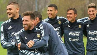 Лионель МЕССИ, Леандро ПАРАДЕС (в центре), Эмилиано РИГОНИ  (справа) и их партнеры по сборной Аргентины готовятся  к важному матчу с Уругваем. Фото instagram.com