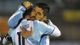 Четверг. Монтевидео. Уругвай - Аргентина - 0:0. Объятия одноклубников Лео МЕССИ (слева) и Луиса СУАРЕСА после матча.