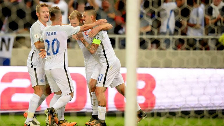 Пятница. Словакия - Словения - 1:0. Роберт МАК в окружении партнеров празднует гол.