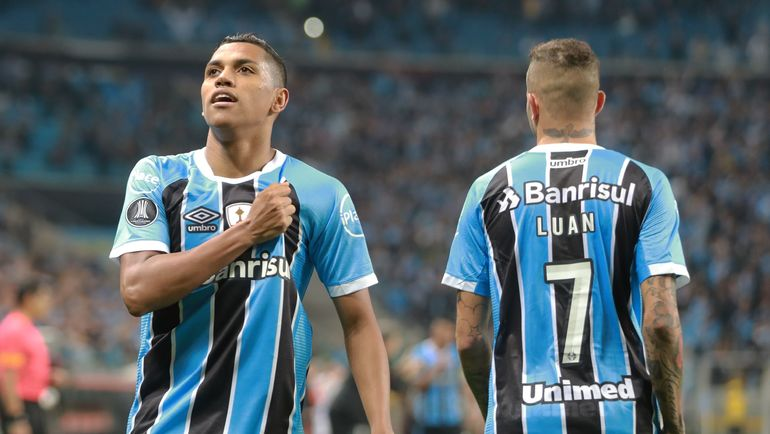 Педро РОША (слева) - вместо ЛУАНА. Фото AFP