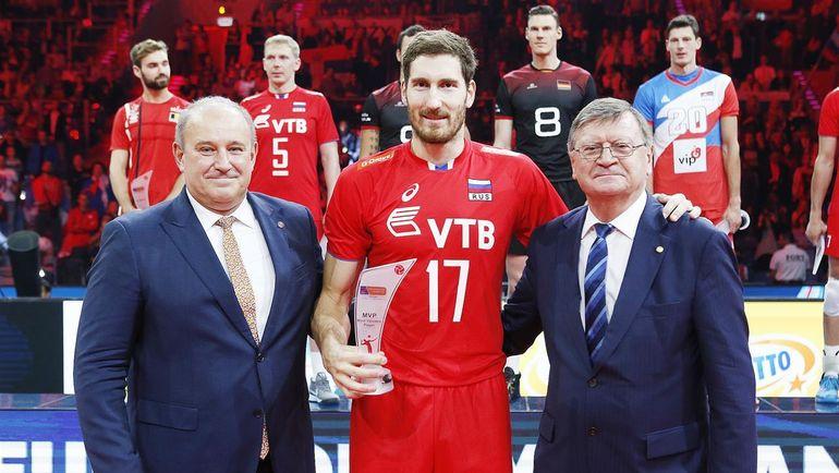 Воскресенье. Краков. Максим МИХАЙЛОВ (в центре) - самый ценный игрок чемпионата Европы. Фото cev.lu