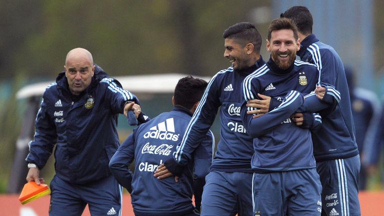 Лионель МЕССИ (на переднем плане) с партнерами по сборной Аргентины. Фото AFP