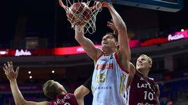 Сегодня. Стамбул. Тимофей МОЗГОВ (в белом) в борьбе с латвийскими игроками.