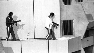 5 сентября 1972 года. Мюнхен. Немецкие полицейские, переодетые спортсменами, занимают позицию на крыше дома в Олимпийской деревне, где террористы удерживают заложников.