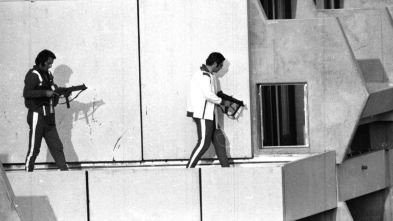 5 сентября 1972 года. Мюнхен. Немецкие полицейские, переодетые спортсменами, занимают позицию на крыше дома в Олимпийской деревне, где террористы удерживают заложников. Фото The Times of Israel