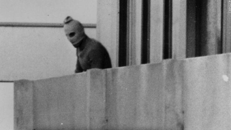 Одна из самых известных фотографий теракта в Мюнхене-1972: террорист на балконе дома с заложниками. Фото CNN.com