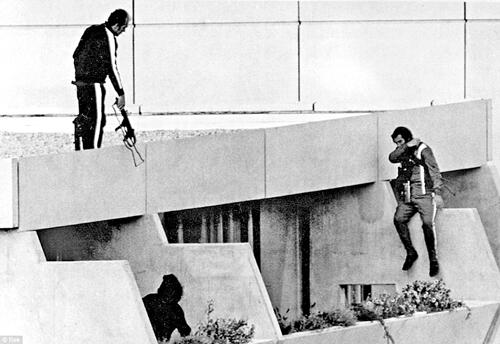 5 сентября 1972 года. Мюнхен. Полицесие на крыше здания, где террористы захватили заложников.