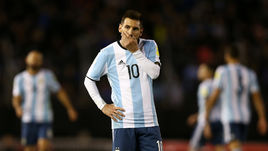 Вторник. Буэнос-Айрес. Аргентина - Венесуэла - 1:1. Лионель МЕССИ явно не в восторге от очередной осечки. Его команда может остаться без ЧМ.