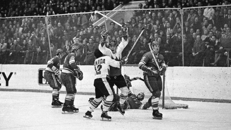 Пол ХЕНДЕРСОН (в центре) забрасывает решающую шайбу Суперсерии-72 в ворота сборной СССР. Фото REUTERS