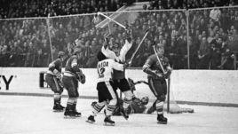 Пол ХЕНДЕРСОН (в центре) забрасывает решающую шайбу Суперсерии-72 в ворота сборной СССР.