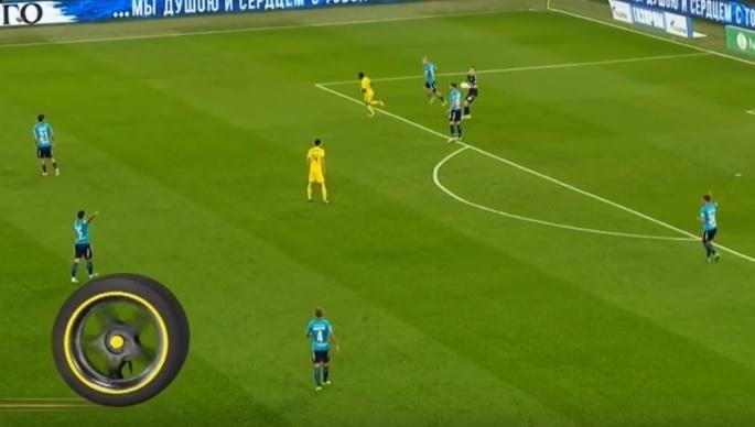 Паредес показывает Луневу, куда бросить мяч.