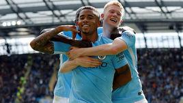 """Сегодня. Манчестер. """"Манчестер Сити"""" - """"Ливерпуль"""" - 5:0. Партнеры поздравляют Габриэла ЖЕЗУСА (в центре) с одним из забитых голов."""