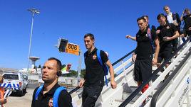 Сегодня. Лиссабон. Игроки ЦСКА спускаются по трапу самолета после прибытия в Португалию.