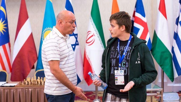 Зураб АЗМАЙПАРАШВИЛИ (слева) спорит с Антоном КОВАЛЕВЫМ. Фото chess.com