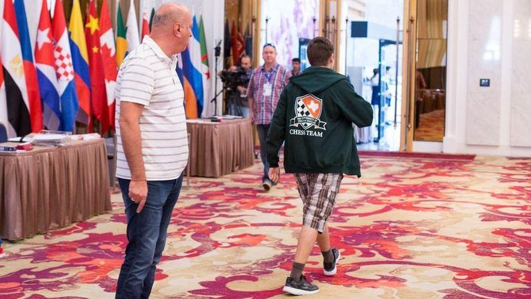 Антон КОВАЛЕВ (справа) покидает игровой зал после спора с организатором. Фото Maria Emelianova, chess.com